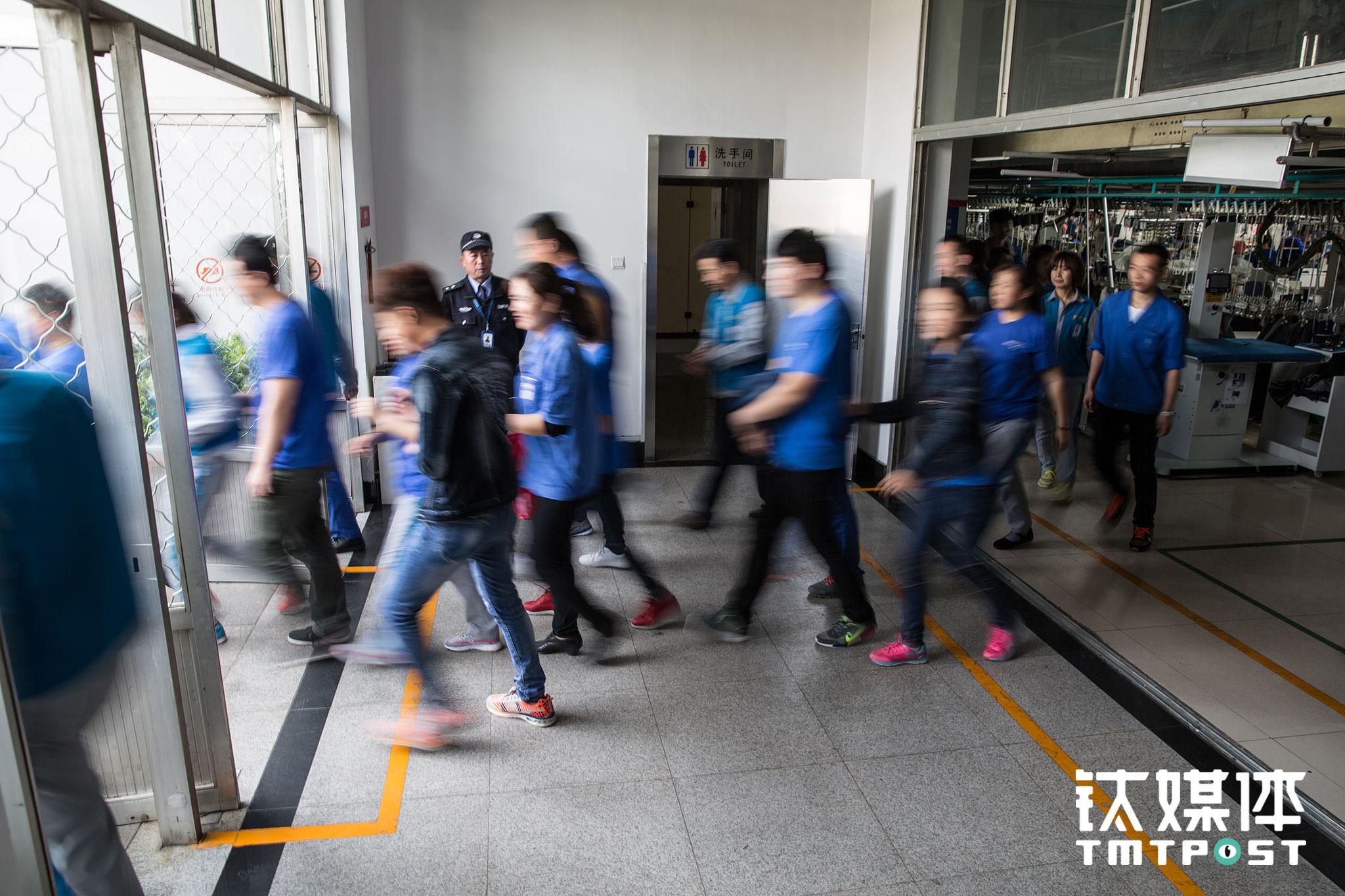 工作日每天中午11:35开始,工厂2000多名工人陆续分成四批到食堂吃饭。