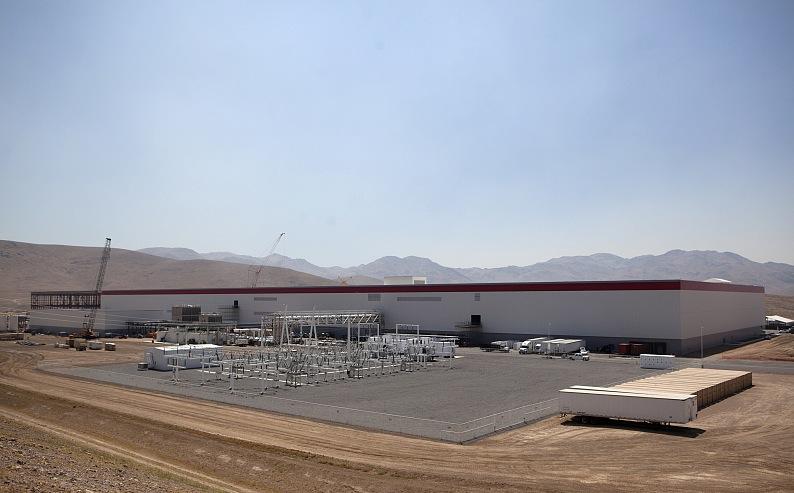 美国内华达州斯帕克斯附近特斯拉公司的超级电池工厂,来源:视觉中国