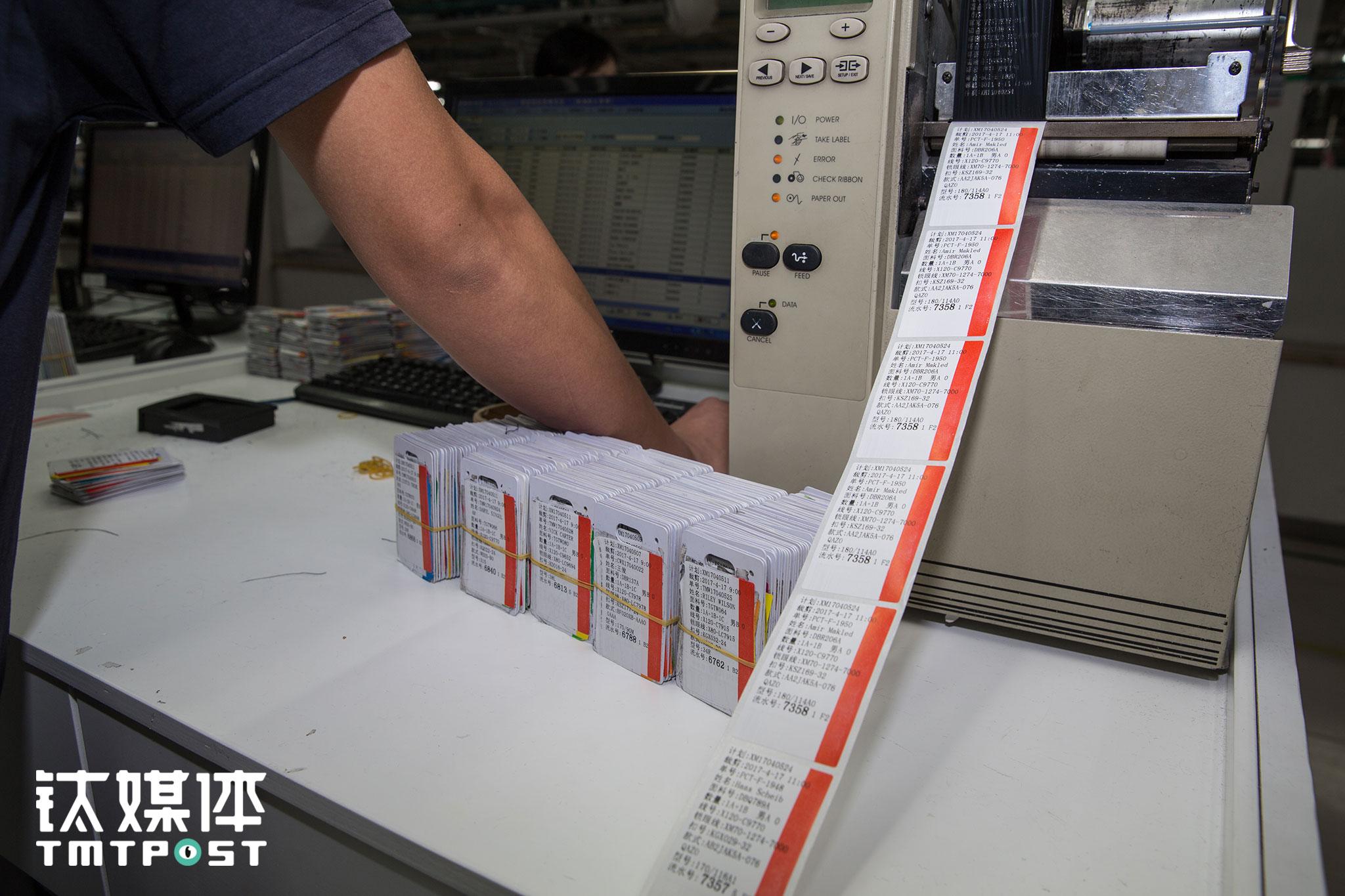 """""""电子标签卡(RFID芯片卡)""""在酷特C2M体系中极为关键,这个小小的卡片上,记录了一件产品的所有数据,每个岗位上的工人在接到产品时,通过这张卡就能知道具体要进行的工序咋,启用这张卡之前,工人们要把每一件定制服装的工艺写在布条上,这张布条随着产品在工人之间传递。"""