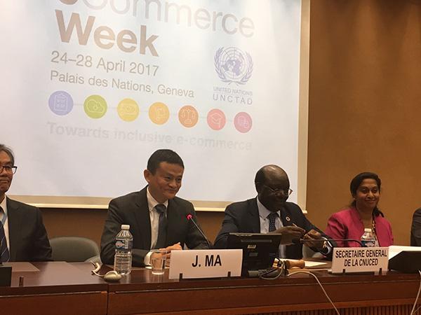 马云与联合国贸易和发展会议秘书长基图伊一起,在联合国日内瓦总部与大学生们交流。