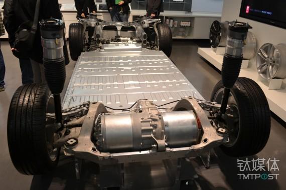 自上至下分别是日产的 Leaf、沃蓝达及特斯拉的电池位置 来源:clean technica