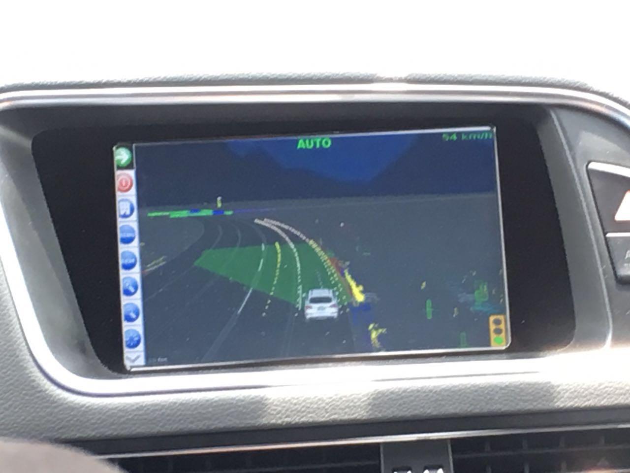 德尔福自动驾驶汽车的显示屏幕,绿色表示安全区域