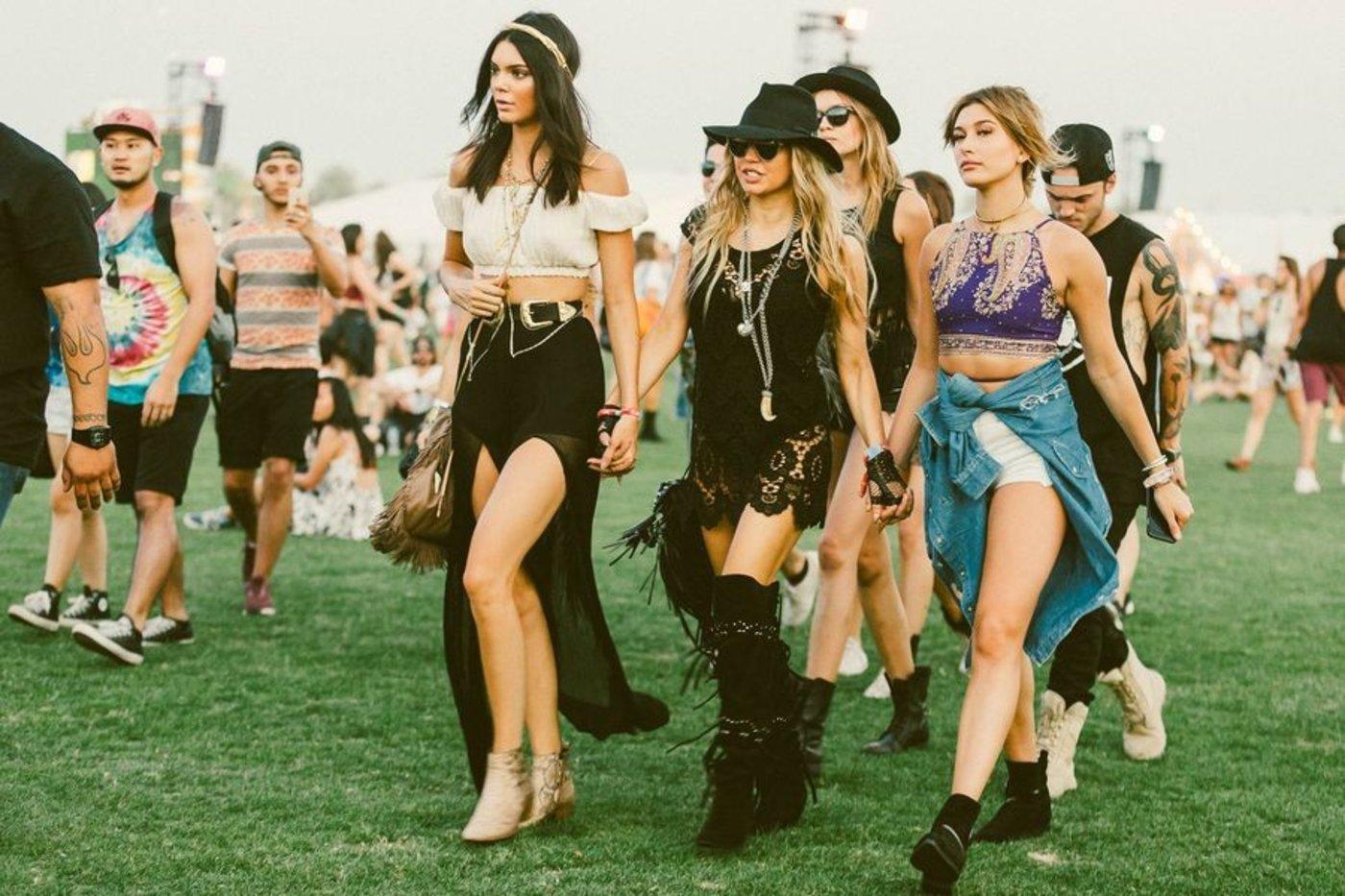Kendall Jenner等人在音乐节上。图片来源/themomedit.com