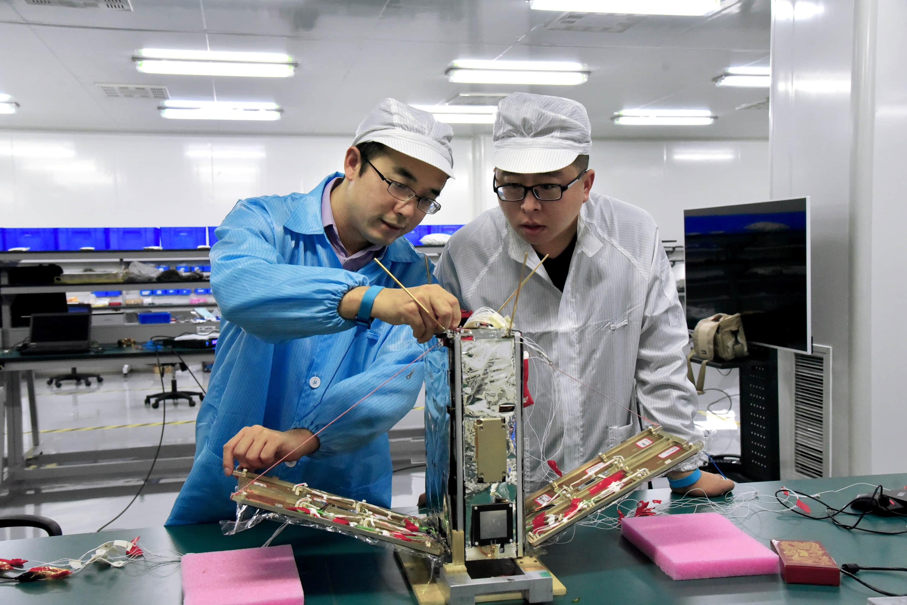 天仪研究所研究人员在测试小卫星。图片来源/天仪研究所