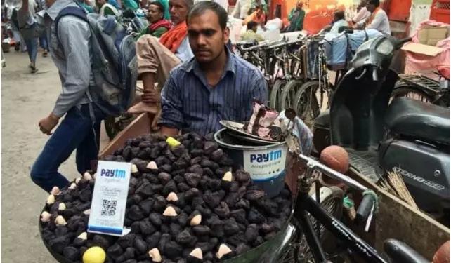 印度街头流动摊贩使用移动支付工具收款