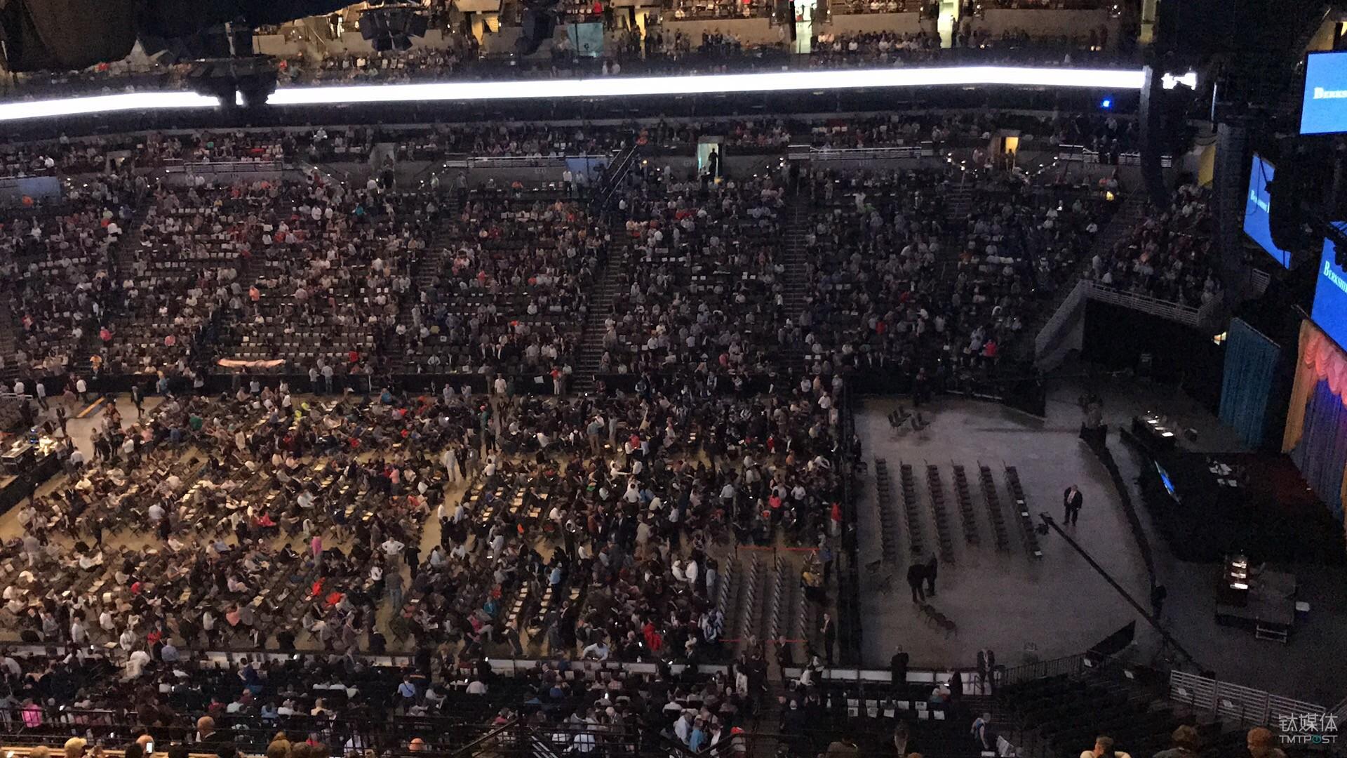 才刚刚七点多,正式入场十分钟。现场已基本坐满。