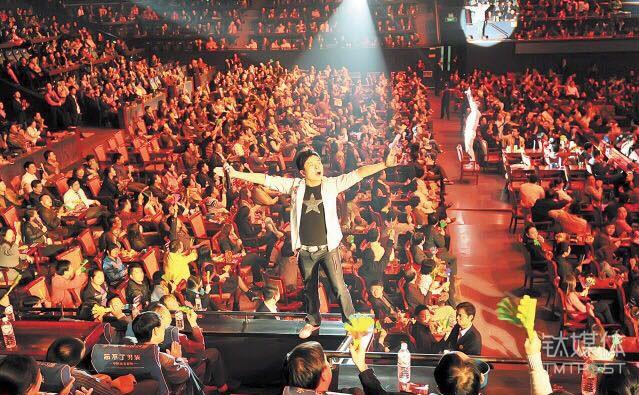 贺龙体育馆时的琴岛之夜表演