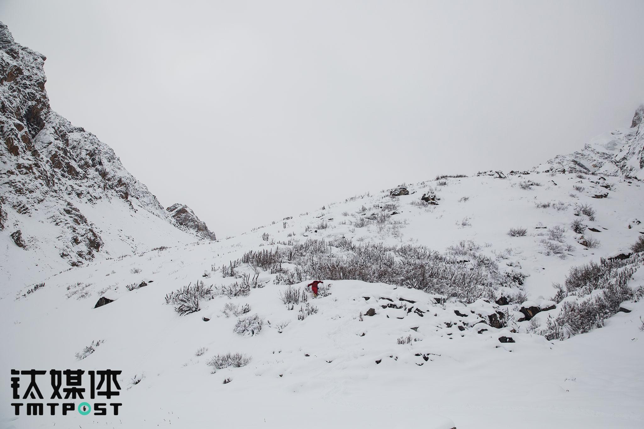 两天的积雪,让人在山上根本迈不开脚步。为了让队员少走冤枉路,一路上江湖不得不一次次只身探路。