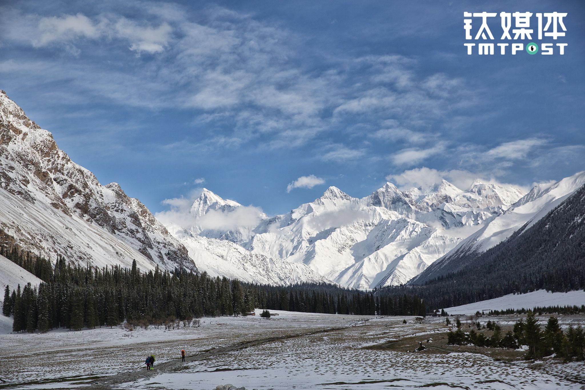 2017年5月2日,3名徒步者在新疆夏特古道,他们身后是巍峨的天山。