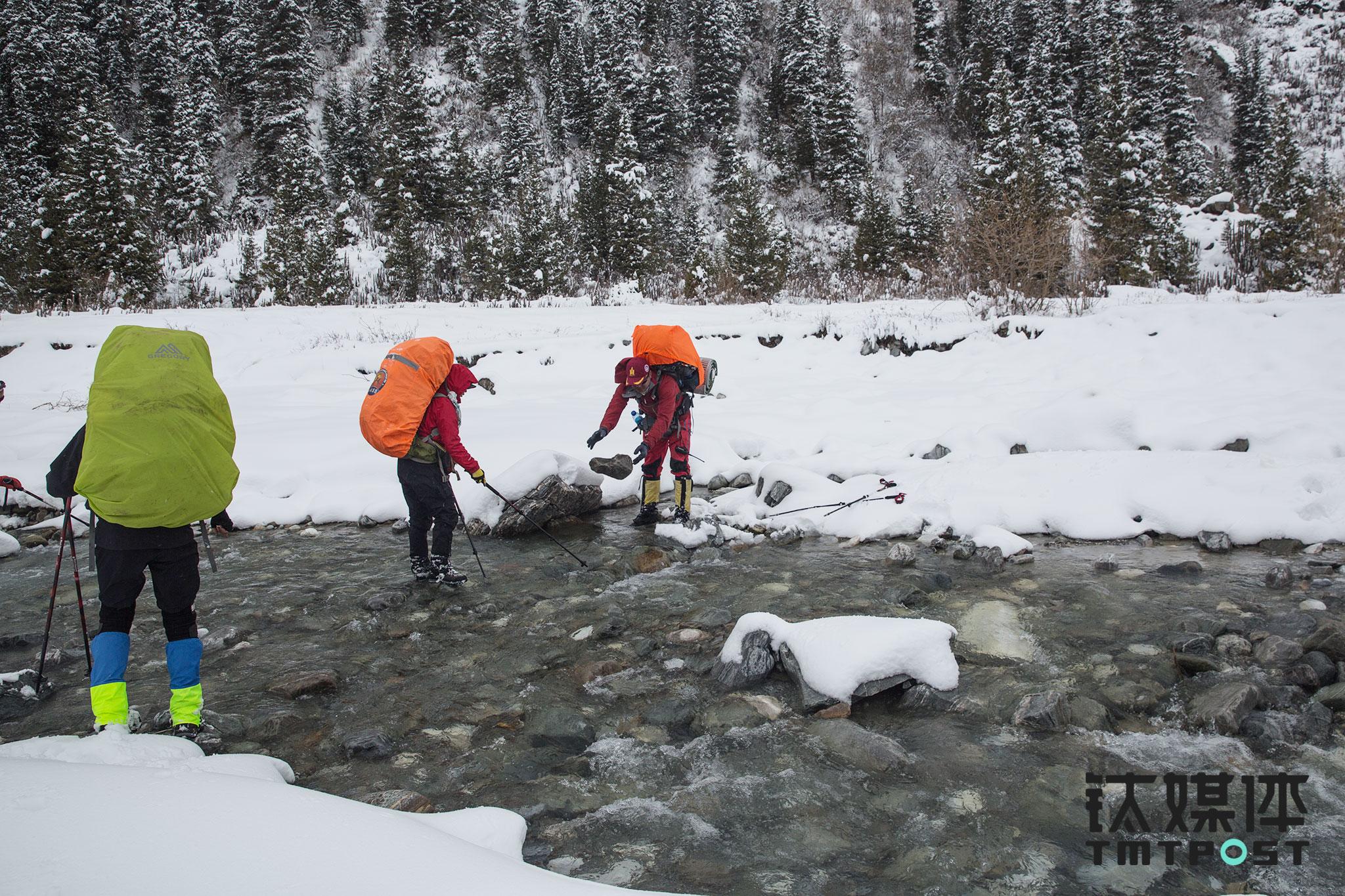 """江湖带着几名队员赶回营地后,距离天黑还有一段时间,与木扎尔特冰川失之交臂,江湖决定带领大家拔营,赶往另一冰川""""夏塔冰川""""不远处扎营。前往扎营地的路上,江湖和协作为队员搭建过河的石头桥。"""