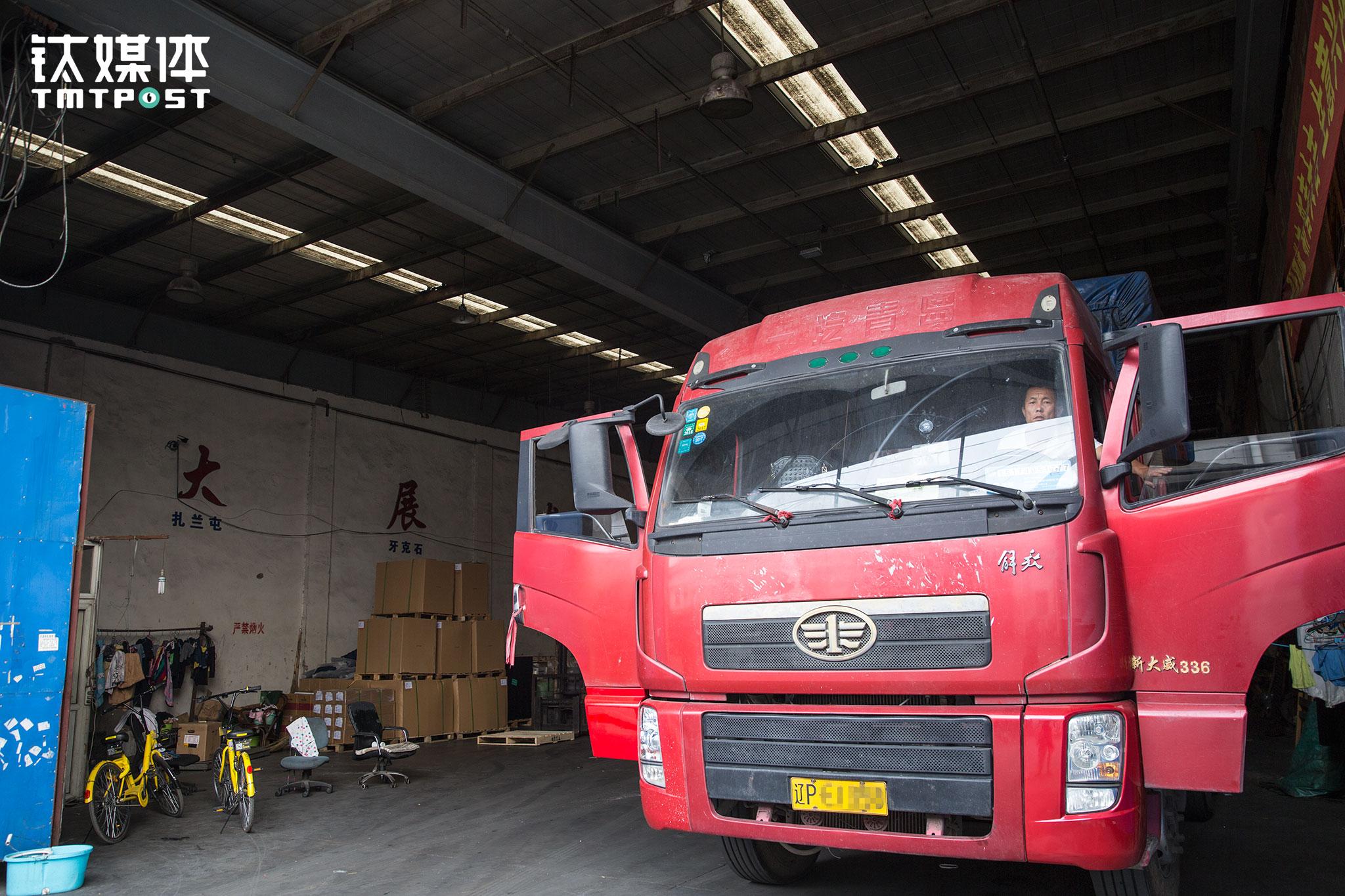 5月11日16:15,上海顺载物流园,车装满后,金强发动货车准备出发。刚入行时,金强帮私人老板开车,领着一个月五千多的固定工资。看到当时物流行业行情不错,6年前夫妻俩贷款买了这辆13米的解放仓栏卡车。在这一趟出发前,他们在海南拉了一个多月芒果,在海南和长沙、武汉往返。