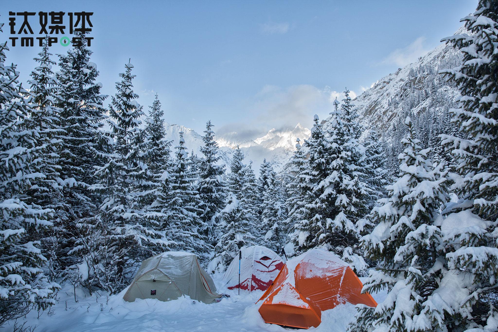 5月2日早上,雪停了下来,走出帐篷,看到阳光照耀在远处的雪山,仿佛置身童话世界。在冰天雪地的世界看见阳光,总会让人为之振奋。