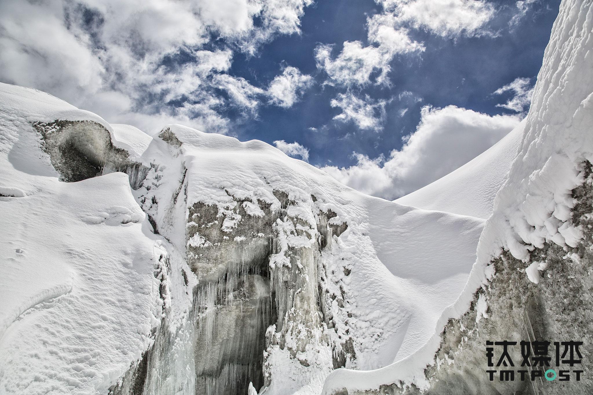 徒步行进大约2小时,大家走到了夏塔冰川的冰舌。有队员想要走上冰川,立即被江湖制止了,贸然在冰川行走非常危险,尤其是冰川上盖着雪,冰川上隐藏着十几米深的冰裂缝,这些裂缝随着气候变化在不停运动,如果不小心踩到掉下去,足以丧命。