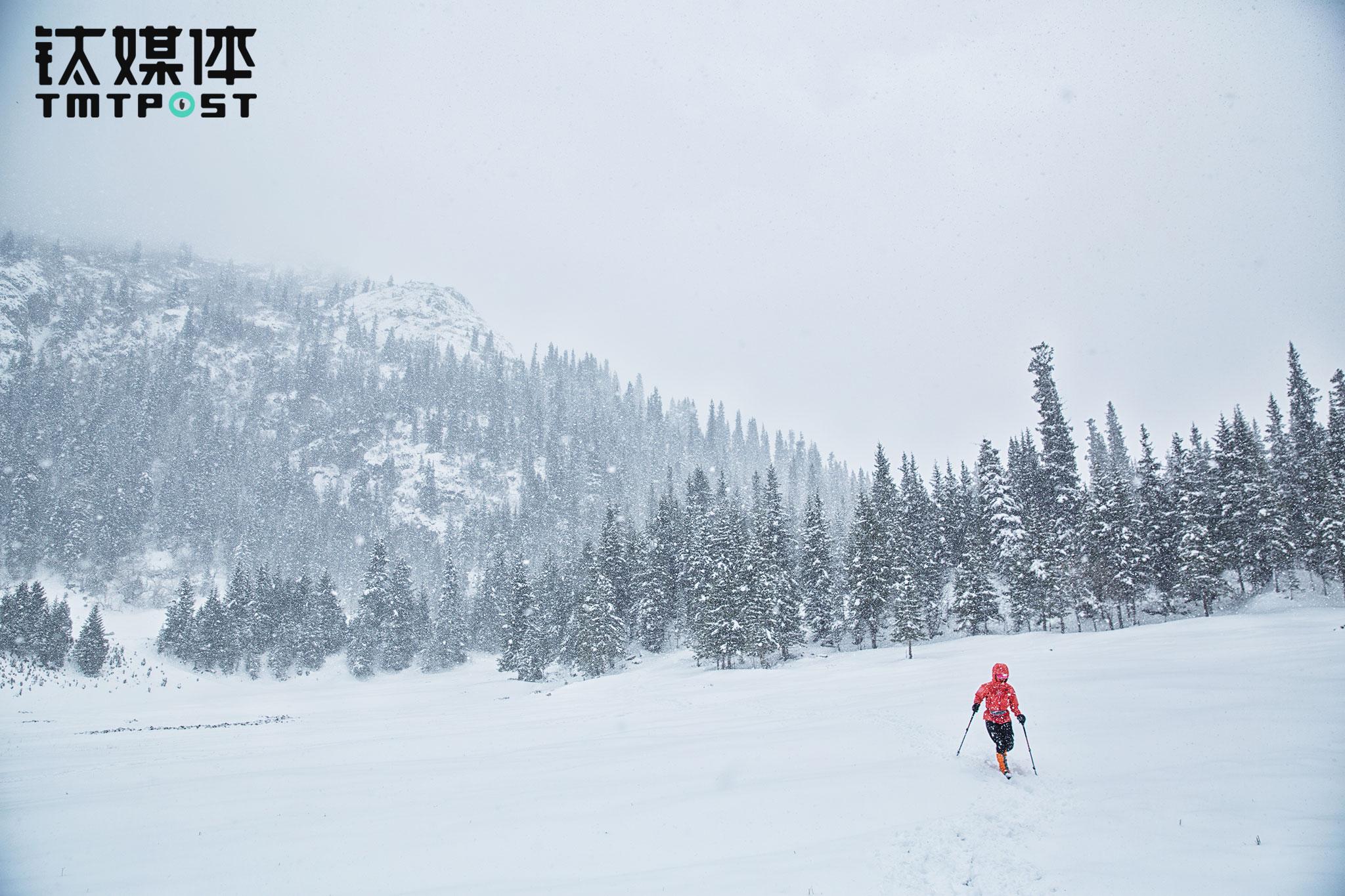 队伍刚刚到达夏塔冰川不到半个小时,留守营地的协作通过手台告知江湖,天气突变,让大家下撤。原路返回,路上又起了大风大雪,徒步2小时,所有人安全返回营地。