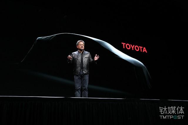 黄仁勋在大会现场宣布与丰田无人汽车展开合作