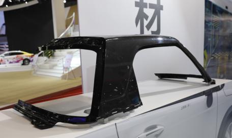 康得复材,全球首创的ARCFOX-1新能源汽车整体成型碳纤维上车体