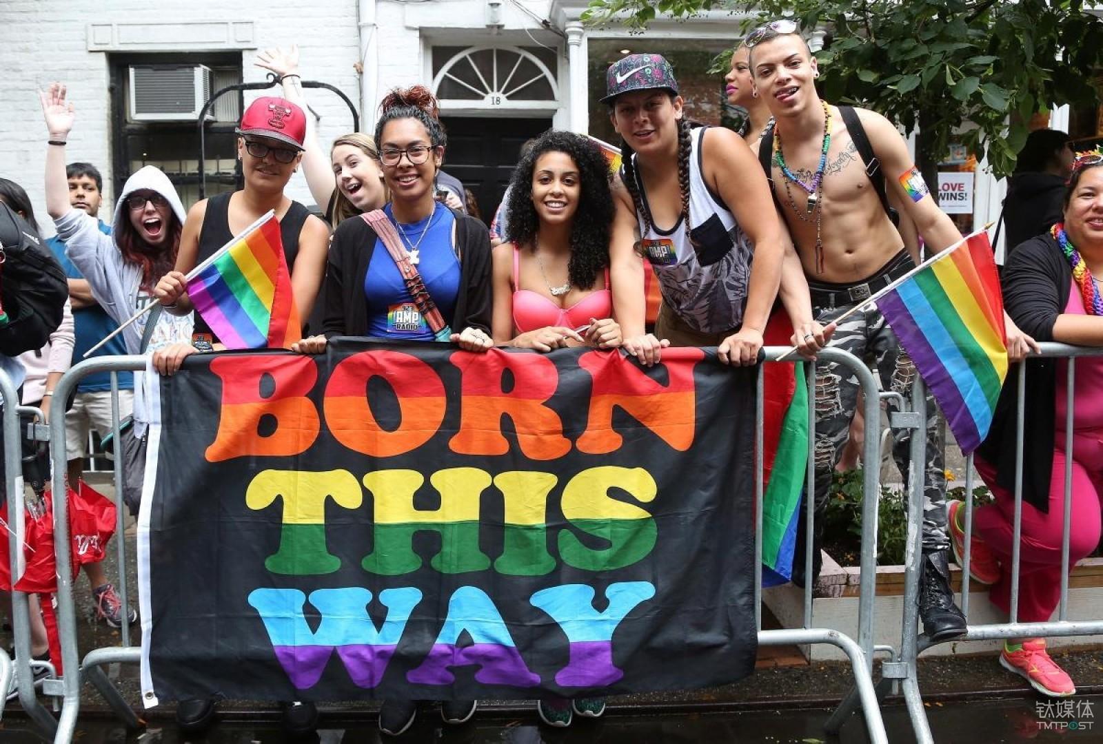 """纽约同性恋游行参与者拉着""""生而如此""""的横幅。图片来源/http://assets.nydailynews.com"""
