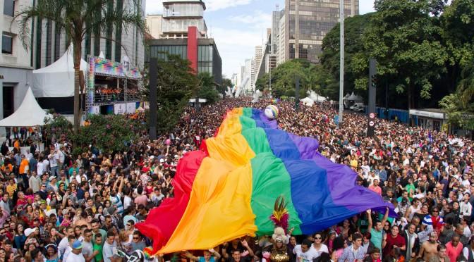 巴西圣保罗骄傲游行(Pride Parade),圣保罗有着世界上规模最大的骄傲游行,最高峰2006年有三百万人参加,与西班牙马德里、美国旧金山一样为同志圣地。图片来源/http://vamosgay.com