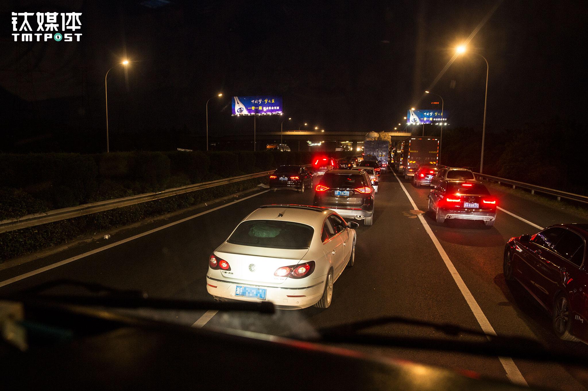 """在高速上金强最怕小车,遇上高速免费他一般都不上高速。""""有的小车司机乱别乱插,非常危险"""",金强的经验是,高速上大货车以正常80/90公里速度行驶,如果前方小车在一千米之内紧急刹车,都有危险,""""有的小车在高速上找出口会急刹车,我们车货总共40多吨,等看清楚再反应过来,都会有撞车和侧翻的危险。我认识一个司机,前面小车急刹车找出口,他大货车直接就骑到小车顶上,小车里当场死了3个人,非常惨烈,就去年的事""""。"""