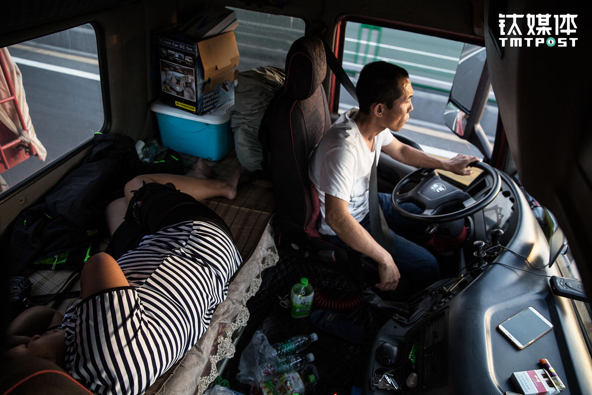 早上7点不到,一名货主着急地打来电话催问,金强本来准备走底路(非高速),为了赶时间,进入辽宁后,他开车辗转上了京哈高速。