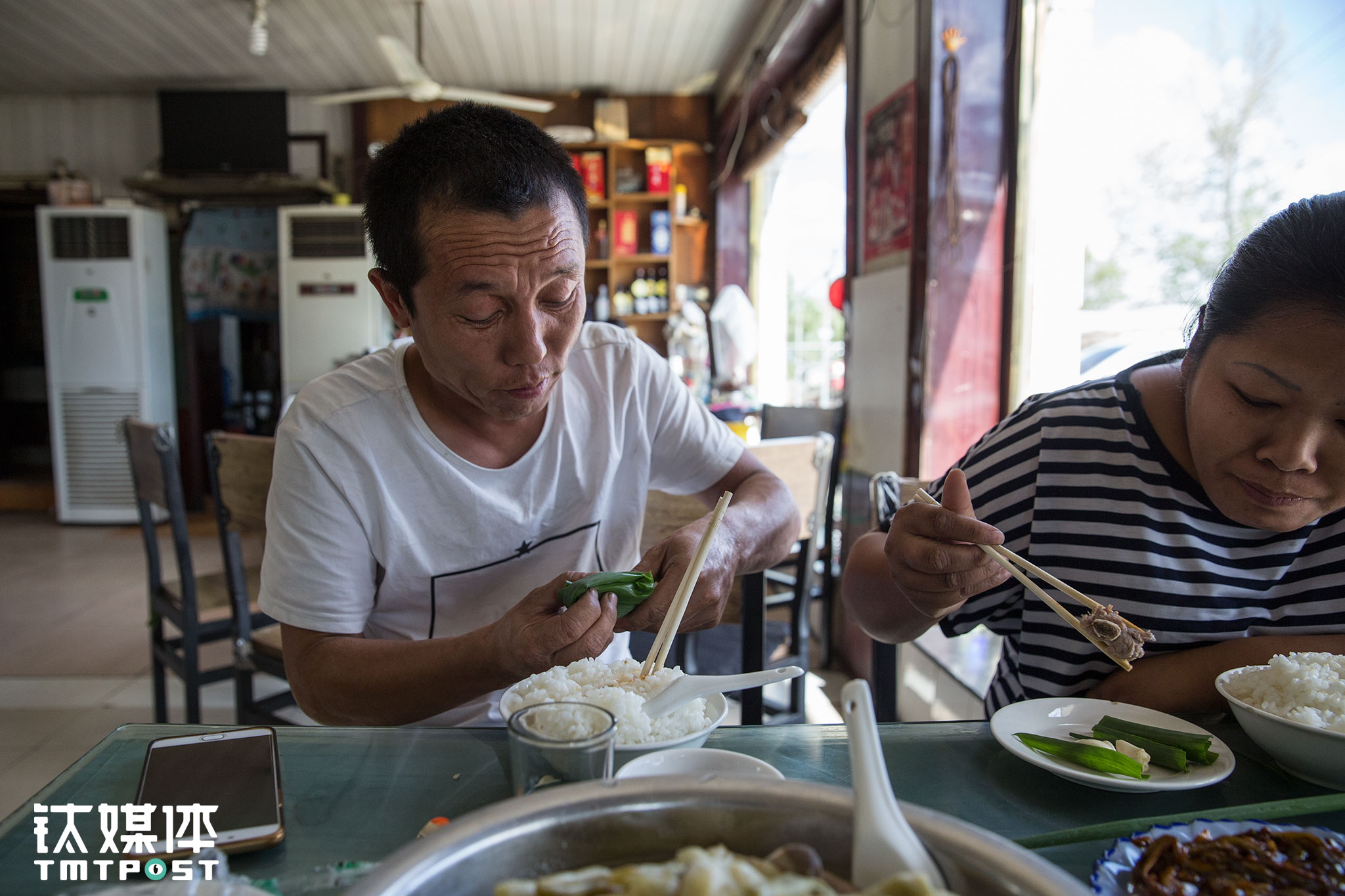 """在路边一个餐馆,俩人开心地吃起了家乡菜:""""全国除了西藏都跑遍了,最喜欢吃的还是家里这口。"""""""