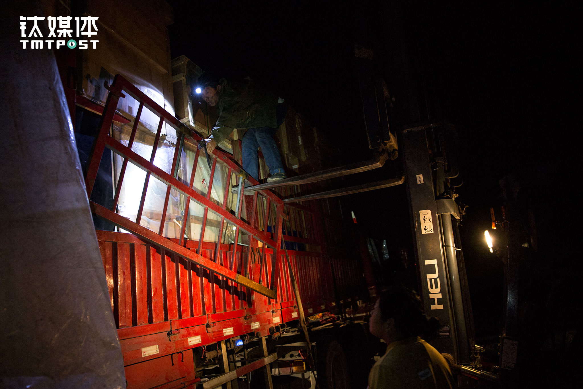 找到货物所在的地方,金强在叉车的协助下开始卸高栏。一趟零担拉上三四批次货,拆装十多个几十斤的高栏都是个不小的体力活。