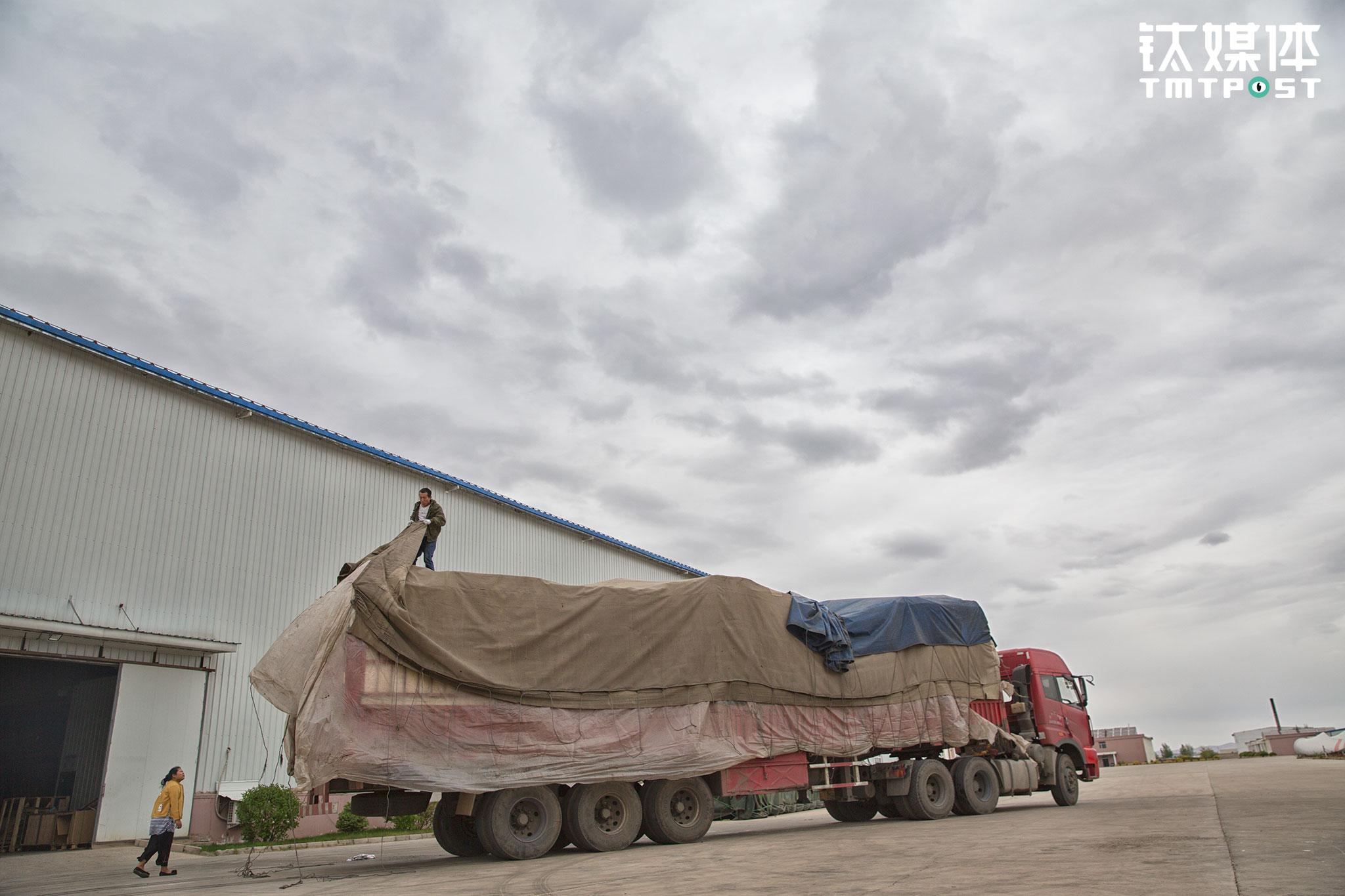 14日下午,金强一路赶到乌兰浩特,在这里他们要卸两批货,看天气似乎要下雨,金强只能加快进度。