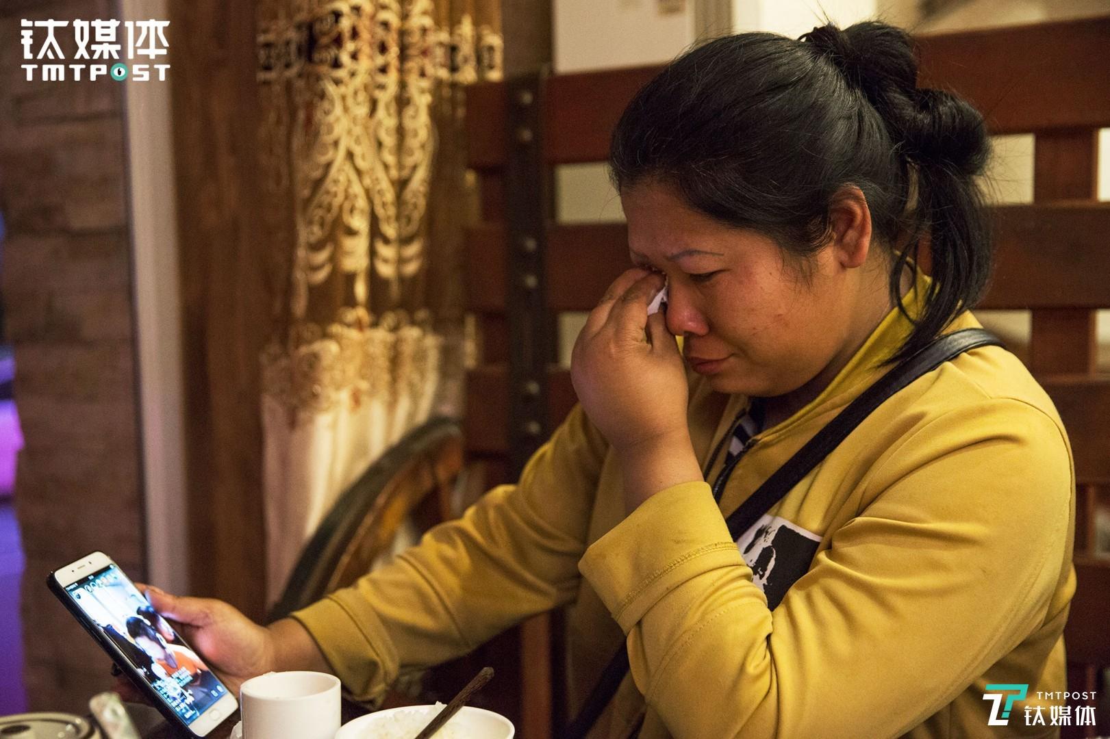 这趟出门,他们快两个月没见到孩子了。晚上吃饭时,11岁的儿子在手机上直播唱歌给妈妈听,王静看到孩子,忍不住掉下眼泪。