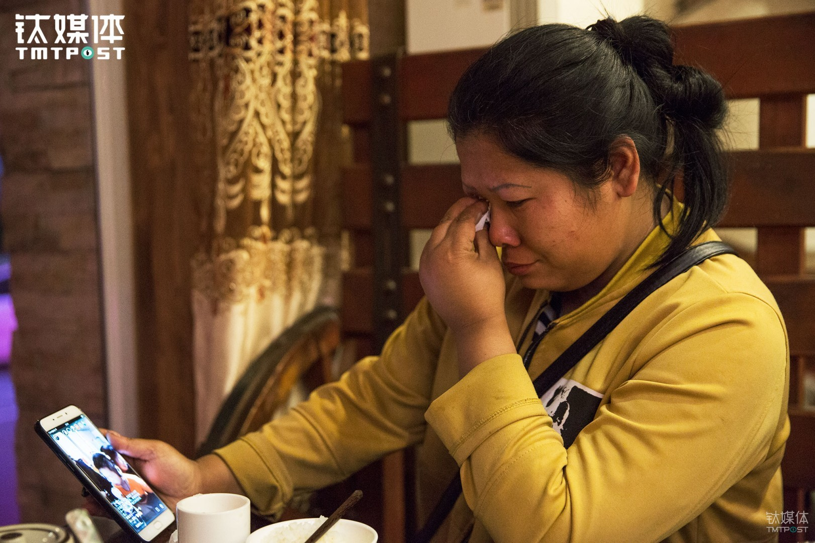 They hadn't seen their kid for two months. During dinner, their 11-year-old kid sang for his mom through video chat. Wang Jing couldn't hold back her tears when she saw her kid.