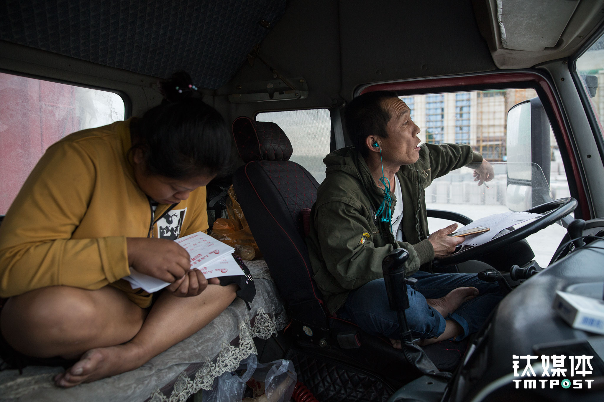 """最终他们还是没有赶在货主下班之前达到,只能在货主的工地等,第二天一早再卸。趁这间隙,俩人开始盘点接下来的计划。每次快到终点前,他们就会开始找下一票货。""""除了问问货站和朋友,还会在运满满这些软件上找找,我们这车上海来的货有一大半是上海那个货站在运满满上找来的。""""金强说,自己不太懂操作,都是王静沟通联系,联系好了可以直接装车。"""