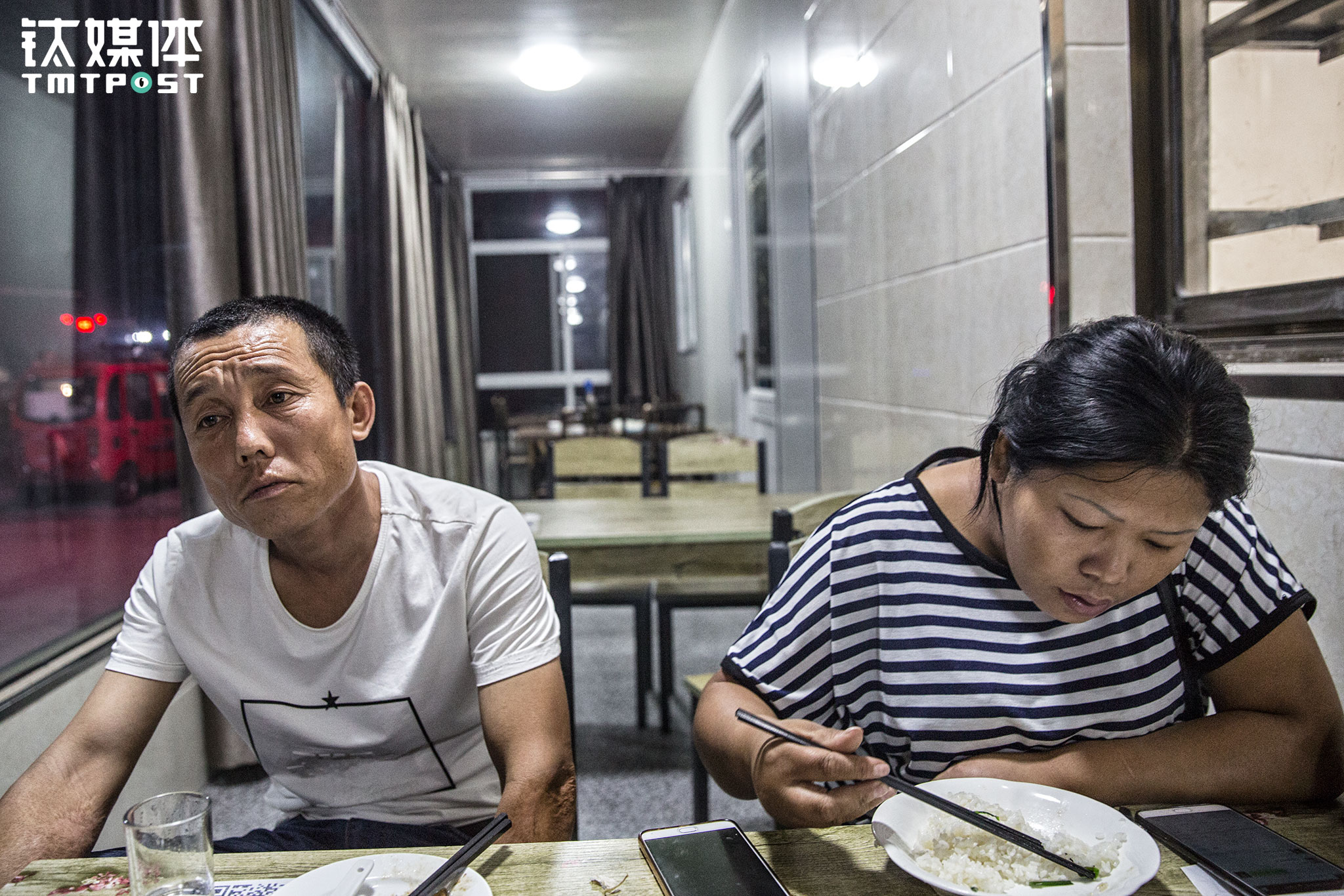 "At 11:00 pm, Jin and his wife stopped for a quick dinner and some rest at a roadside restaurant at the Linhai road in Dongtai county, Jiangsu province. Jin Qiang, who is only 38 years old, appears to look older than his peers. He was happy that he had finished paying the loan a couple of years ago when the loan options were better. ""If we got a loan to purchase a truck now, we would have to pay a monthly loan of over ten thousand yuan. It would be very hard for us,"" Jin Qiang said, ""The freight income has been dropping in recent years, almost by 30%."" After the 921 Regulation and Rules on Truck Load was introduced in 2016, the freight fee went up for two months, then dropped continuously later. Jin understood that the regulator launched stricter rules to insure safety and reduce accident rate. But he also had to face the dropping freight income, which made him feel quite powerless."