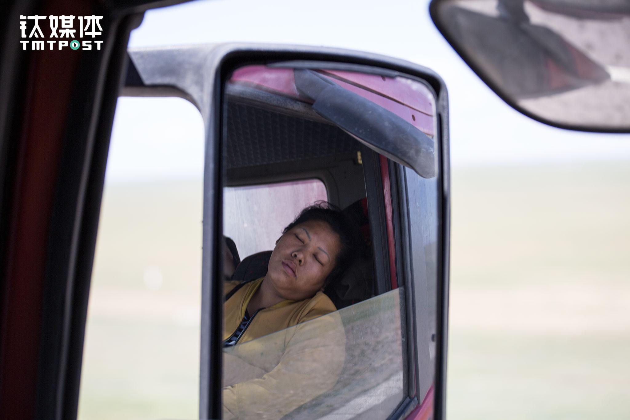 临近满洲里,王静疲惫地在车上睡着了。