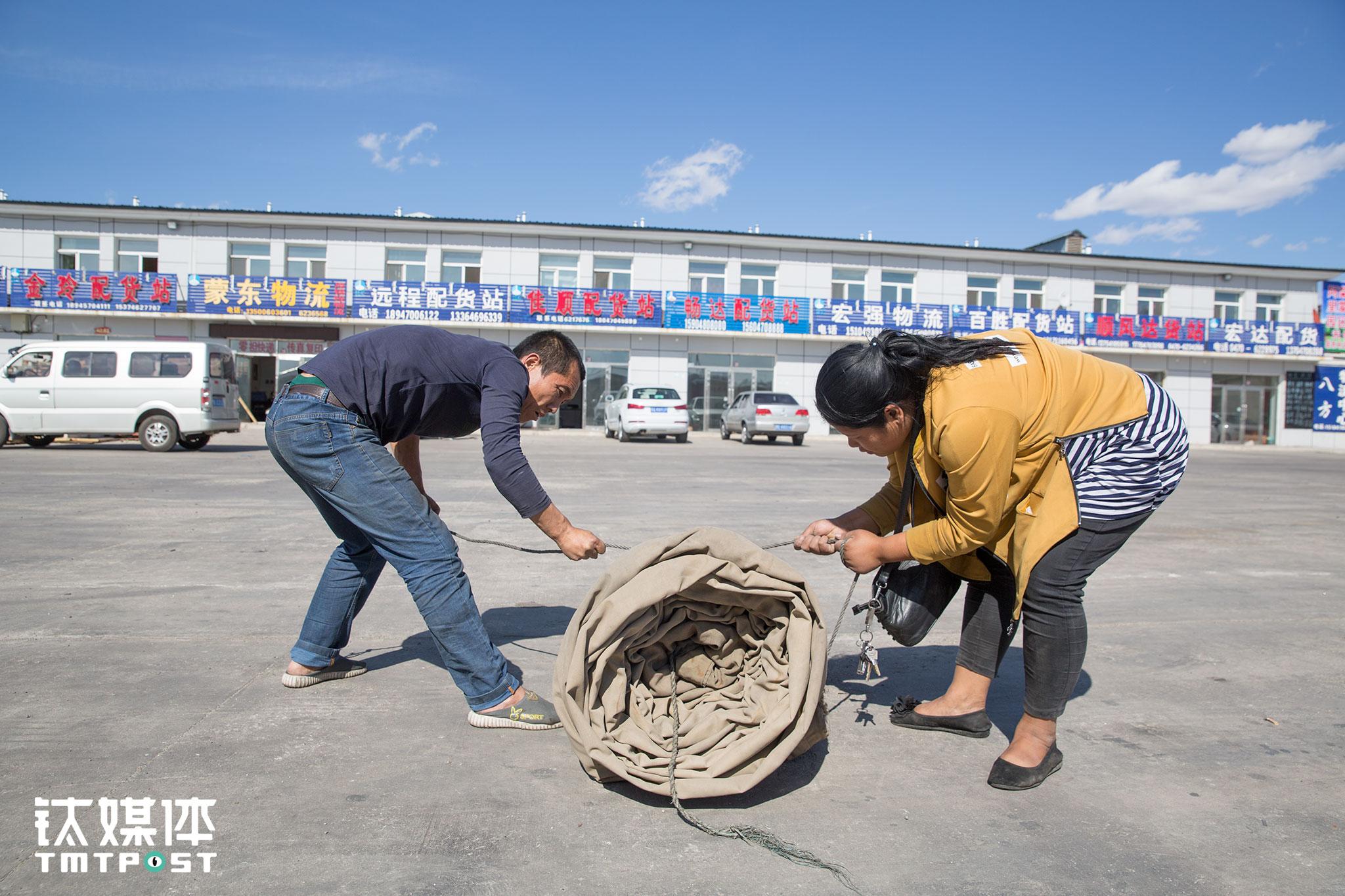 16日下午3点,达到满洲里国际公路物流园,两人合力收起了油布。