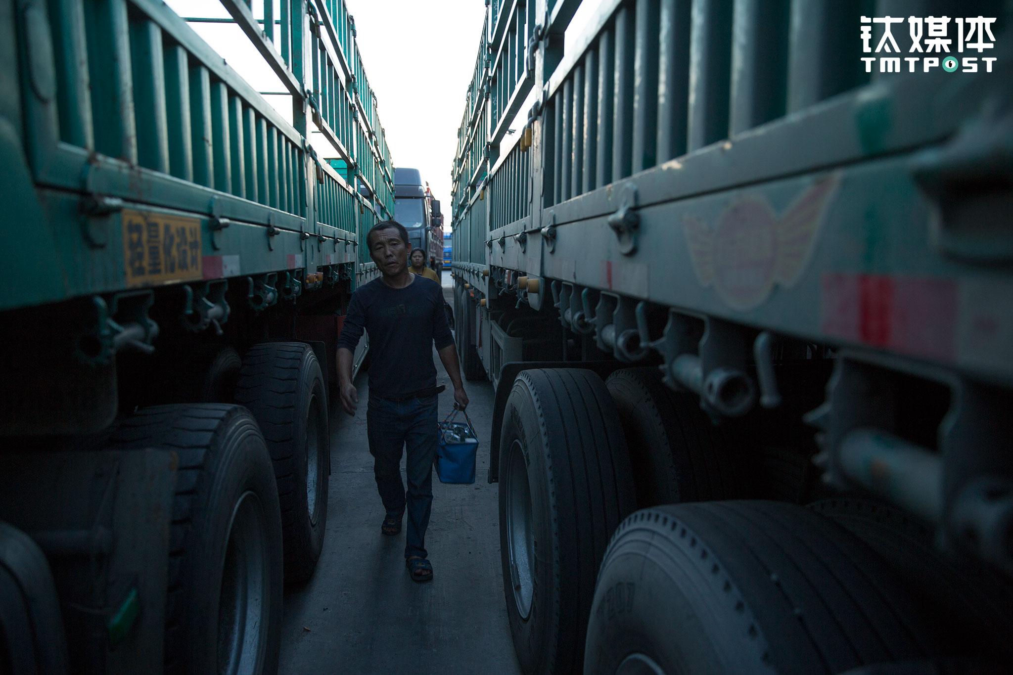 这一趟在上海等货3天,路上行驶5天,运费一共一万八,除去四千多的过路费和一万油费,他们挣了四千。