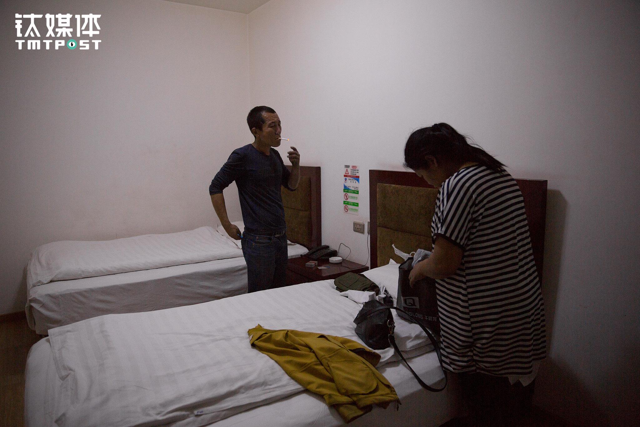 晚上,他们入住了物流园物流大厦的宾馆,这个只有两张床的房间,每晚收费60元,这是他们5天以来睡的第一个安稳觉,也是他们5天来第一次洗澡、收拾自己。
