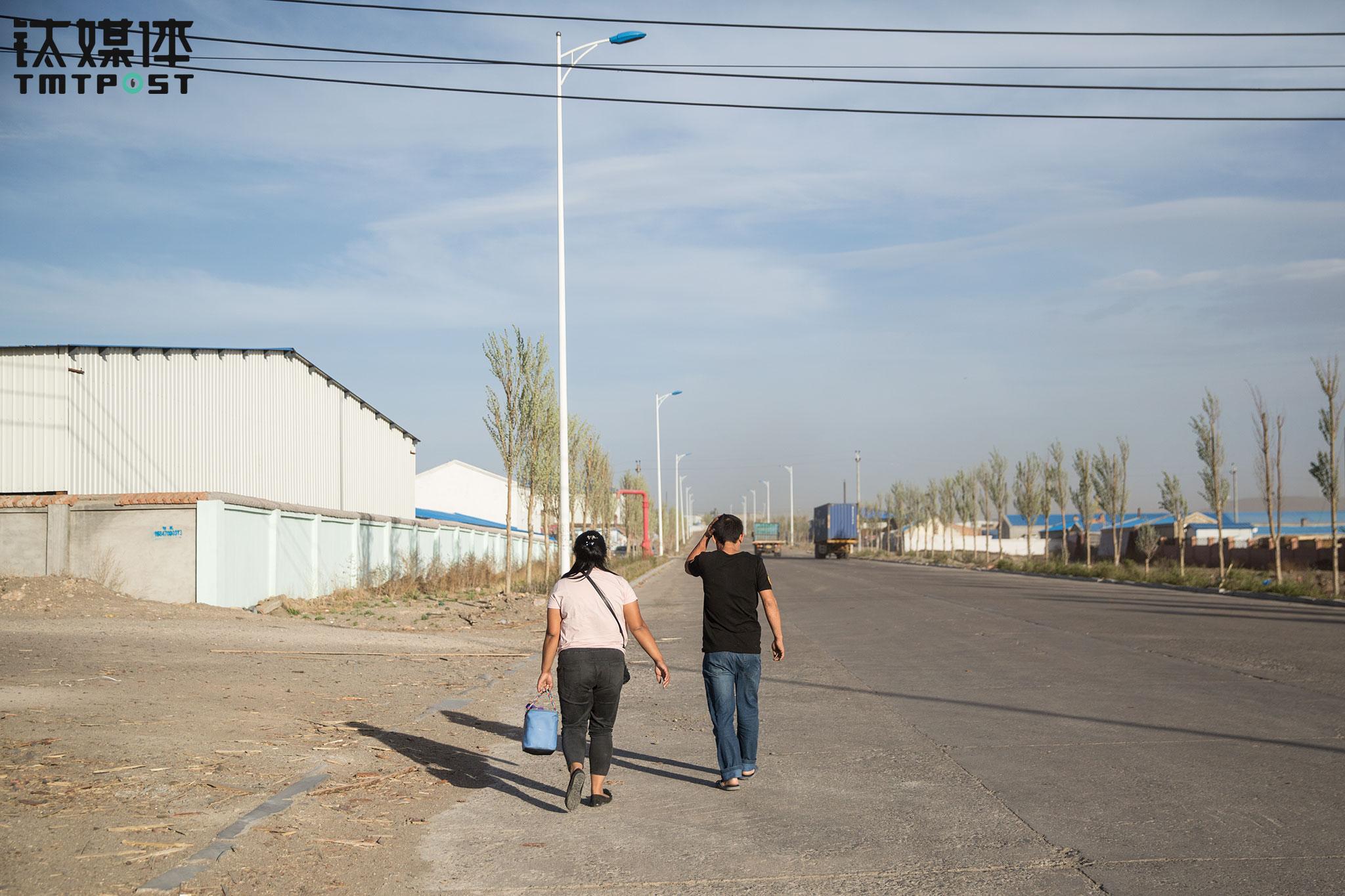 几天后,金强告诉钛媒体《在线》记者,他们到了遵义后,从遵义拉了一车货到了南宁,从南宁又找了一车货回上海。金强和王静开着货车,在中国地图上来回画着圈,这些圈,就是中国的大动脉。