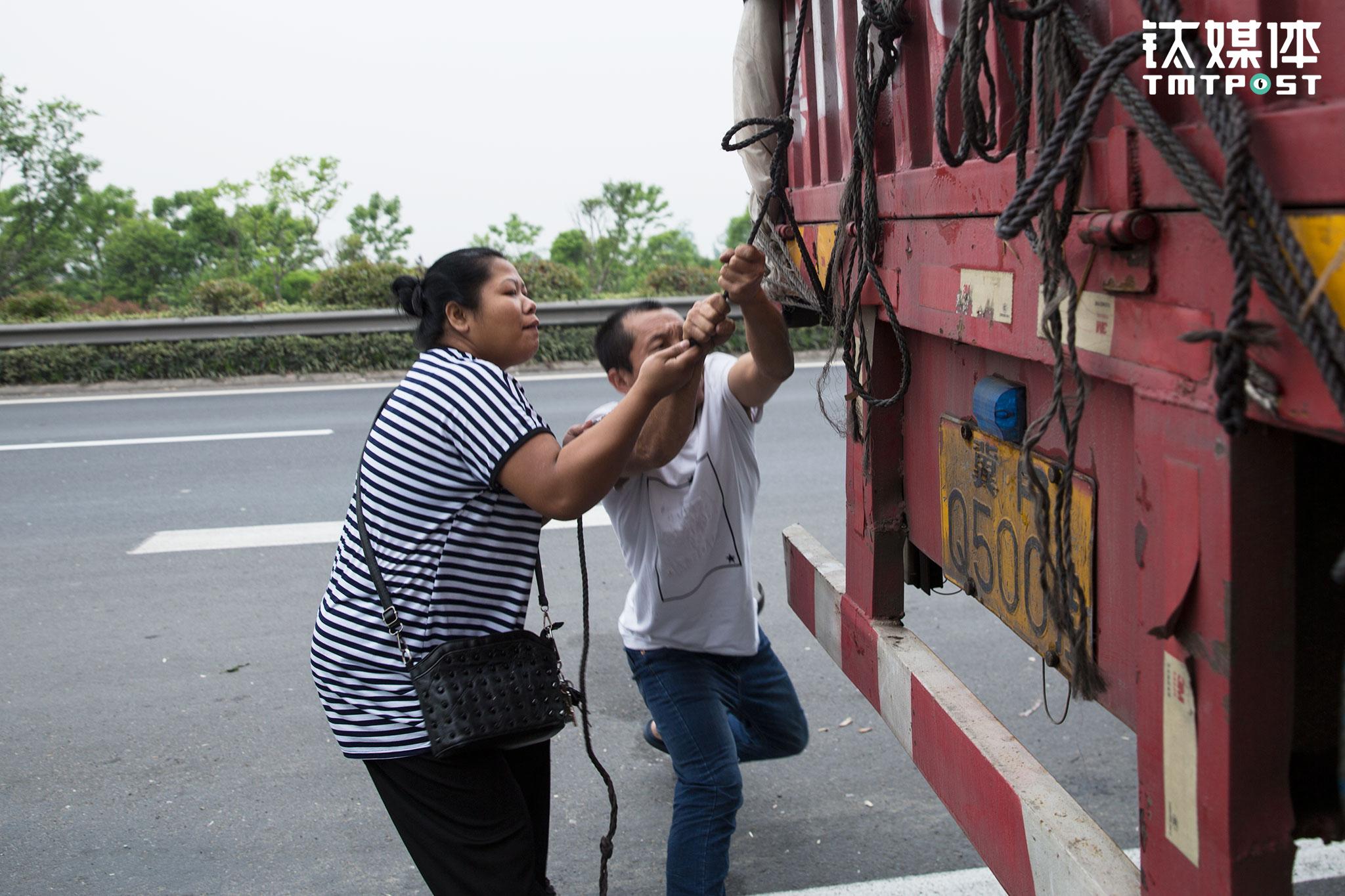 一路的颠簸,货仓的货都会有些松动,金强停下车,俩人在路边紧了紧仓栏的绑绳。