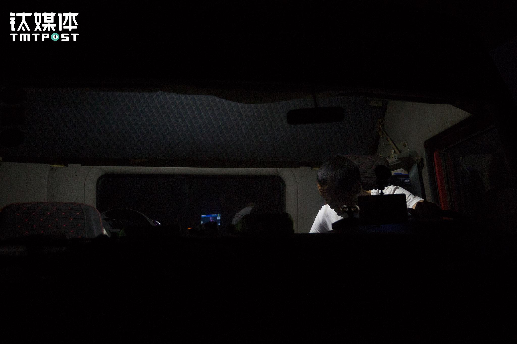 """凌晨2:15,服务区停车场突然连续三次响起刺耳的警报,被惊醒的金强立即下车查看周围情况,旁边一名司机告诉他要他快点走,""""有一辆车的油箱防盗在报警,偷油的来了""""。金强看见几百米开外有一辆白色面包车,经验告诉他那是辆偷油车,于是他马上上车发车离开。"""