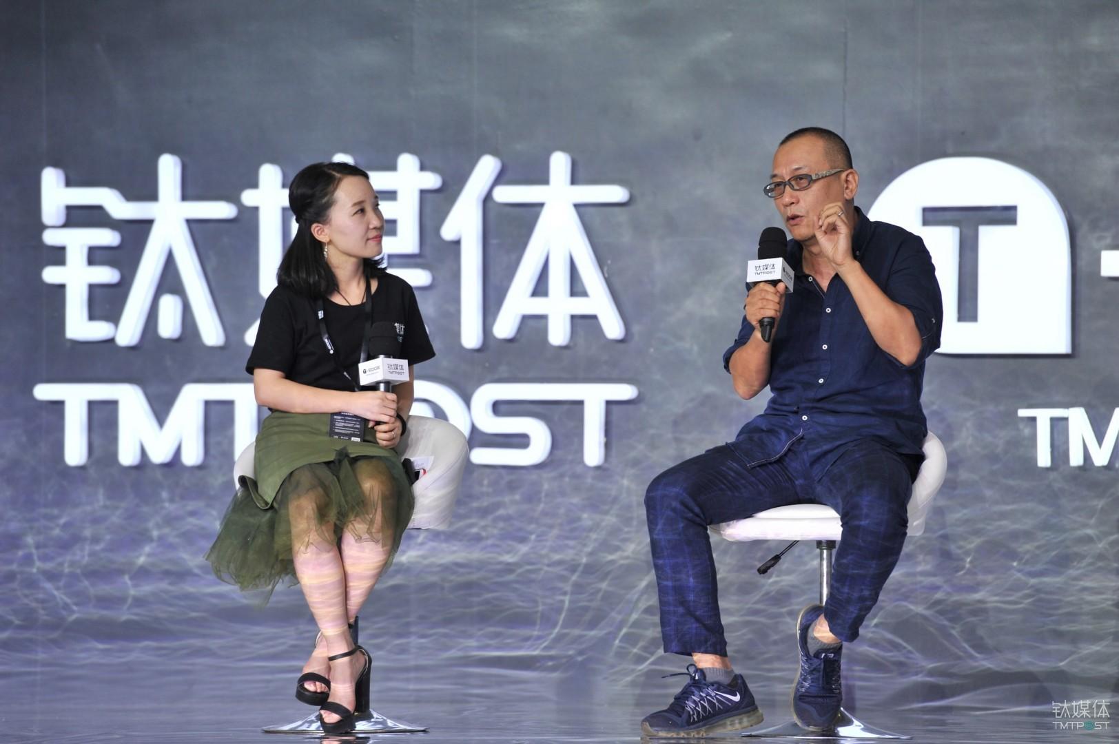 钛媒体创始人、CEO赵何娟、中国著名当代艺术家、雕塑家展望(右)