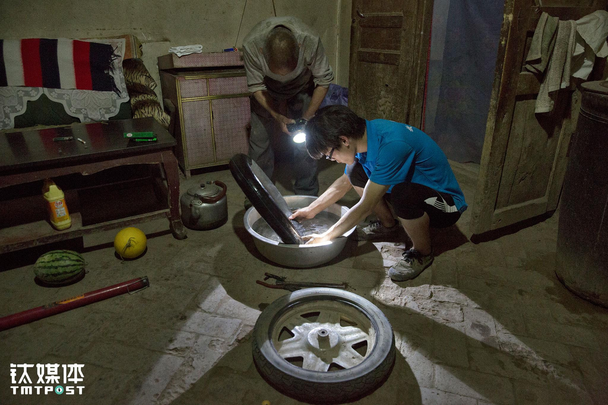 电动三轮车是家里最重要的劳动工具和交通工具,每天都要用到。村里路面不平,碎渣和刺很多,让这个小三轮的轮胎屡屡被扎破。忙完一天农活,李生抓紧时间帮父亲修理三轮车胎。