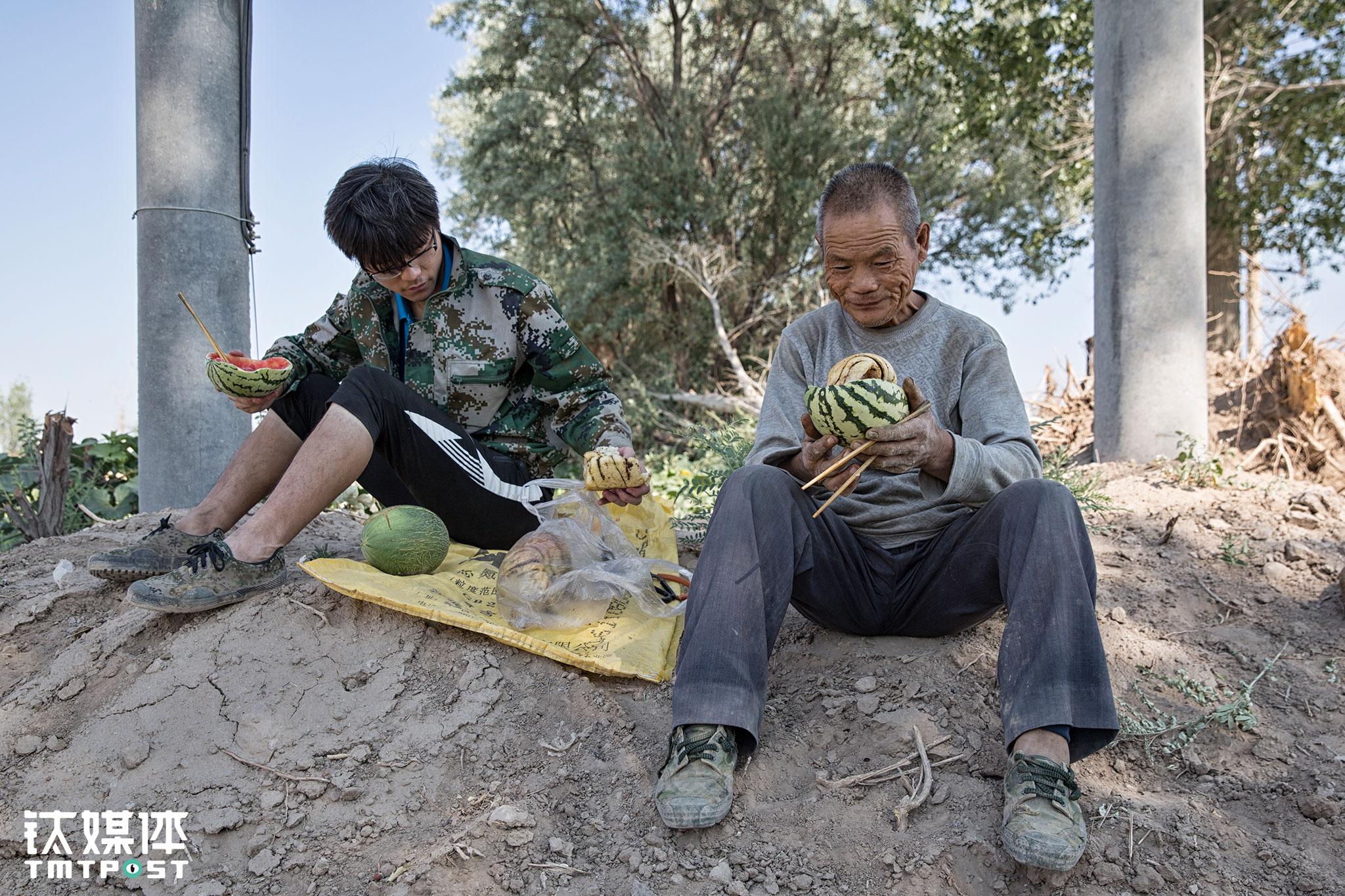 """平时下地干活,父子俩会用""""西瓜泡馍""""当早餐和午餐吃。他们把西瓜拍成两半,吃掉一些西瓜肉之后,把面粉烤的干馍泡到瓜瓤里吃。"""