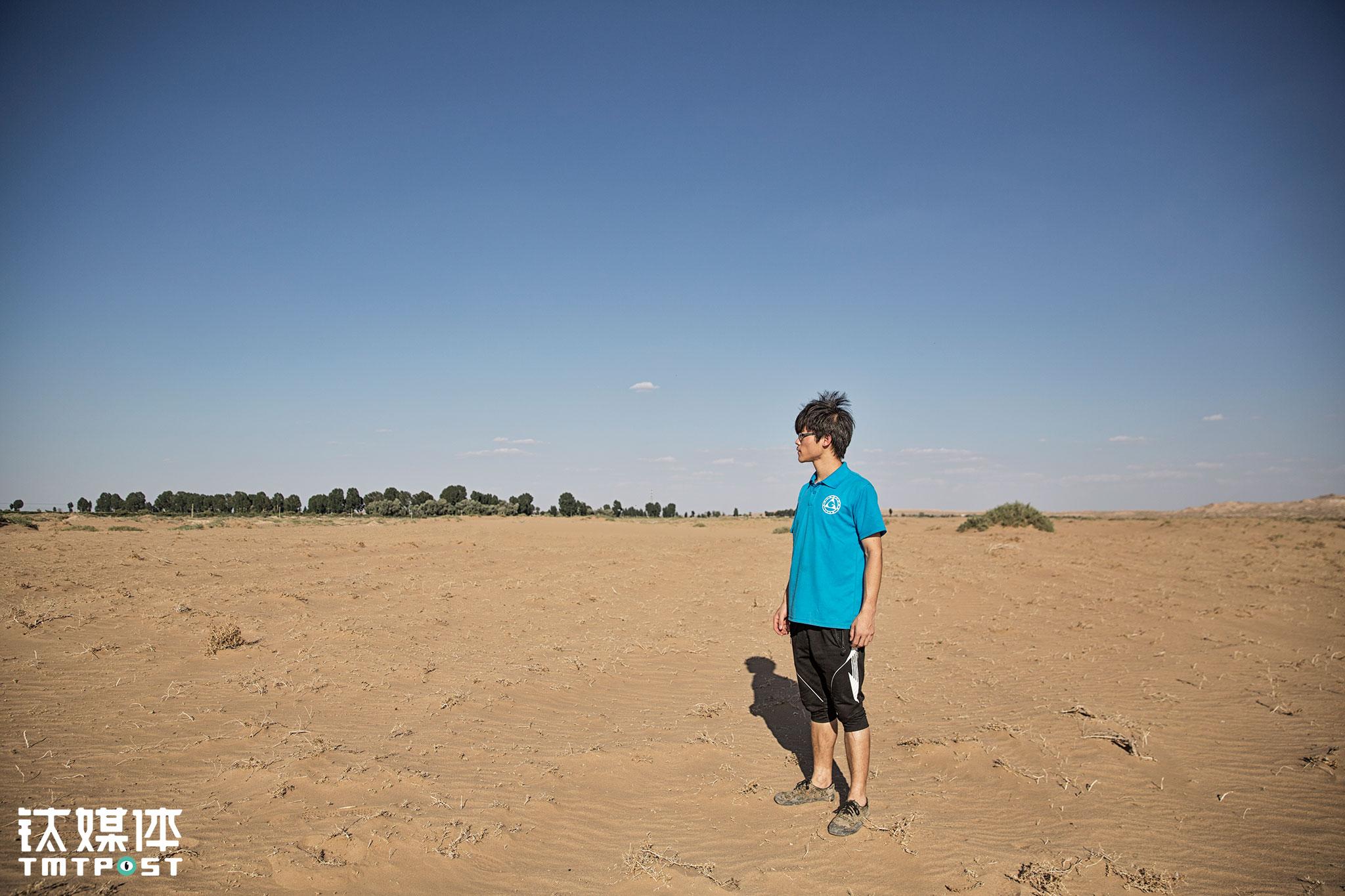 李生从小会在离家不到1公里的腾格里沙漠玩耍,也跟小伙伴提着水到沙漠边植过树。站在腾格里沙漠的边缘看着自己从小长大的村庄,他对于沙漠化也有自己的担忧。家乡的年轻人本来就都外流了,如果环境恶化,谁还会愿意回来发展呢。李生的父亲一直都告诉两个儿子,自己老了一定不会离开这个村子,哪怕孩子在城市定居,他也不会去,对李生来说,他也担心父亲想要安享晚年的地方变得不适合居住。