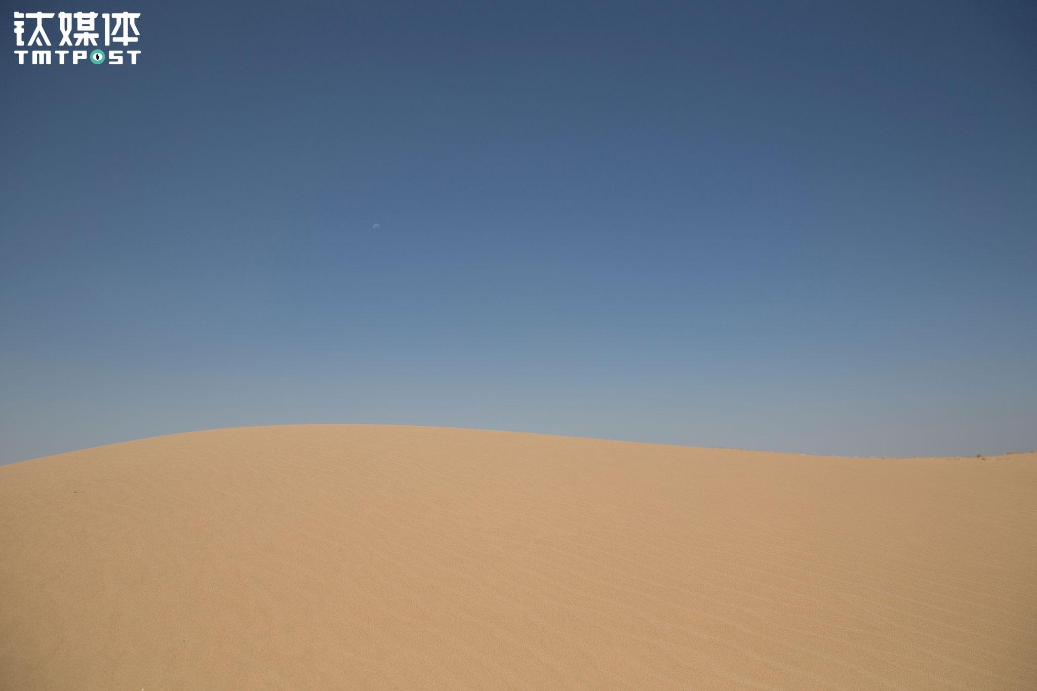与此同时,沙漠每年都在移动,春天沙尘暴尤其严重,最严重的时候可以把地里刚种下的瓜苗打死,这样推迟了农民的种植时间,也带来了一定的经济损失。