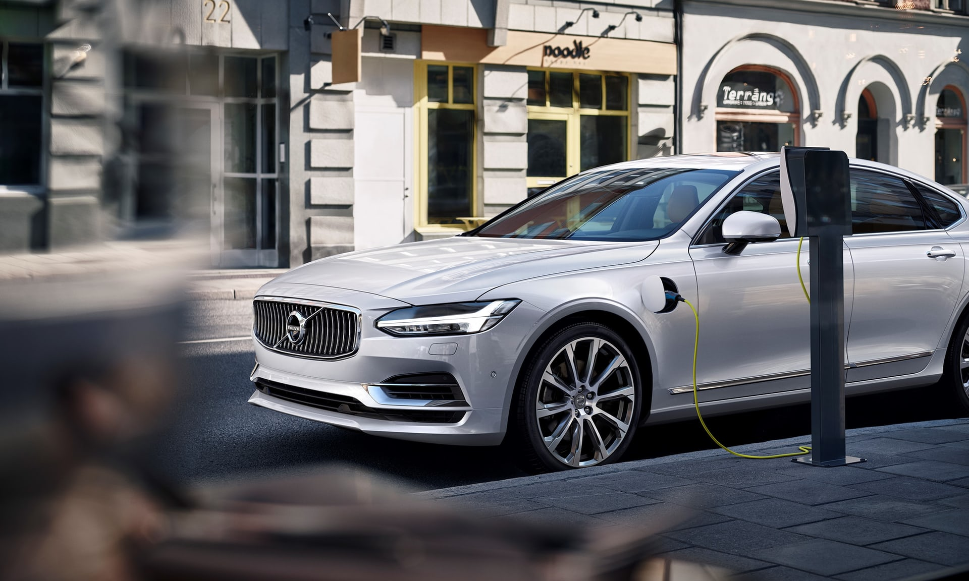 Volvo S90混合动力车在充电。图片来源/theguardian