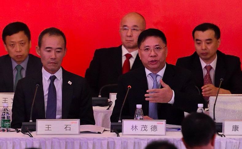 2017年6月30日,深圳,股东大会主席台上的王石。深圳地铁集团董事长林茂德正在讲话。