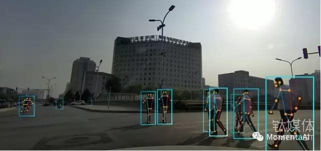 通过检测行人和识别人体特征点,可做到理解行人姿势和行为意图,同时也可准确估计行人与汽车的距离。
