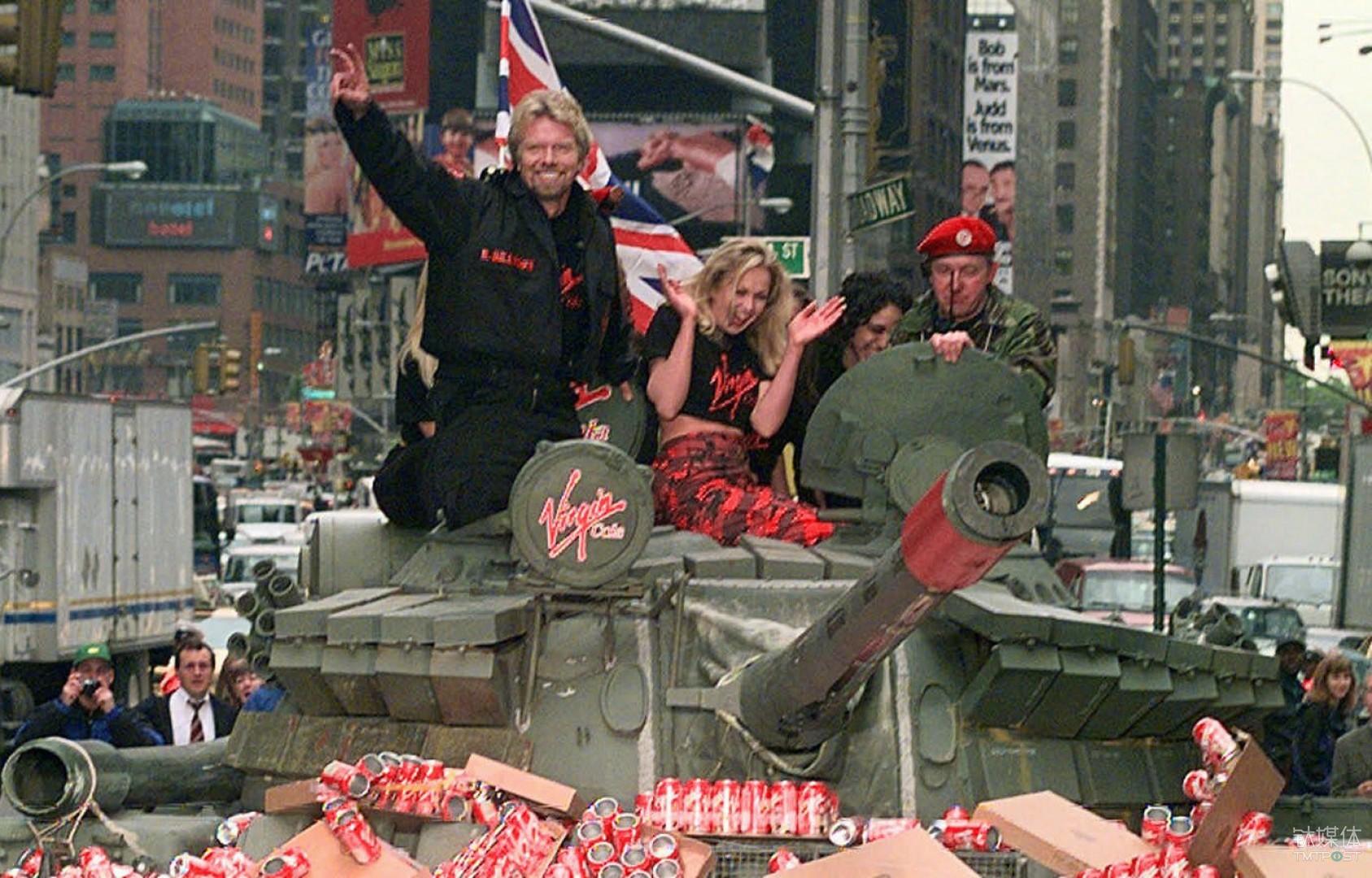 在1998年,布兰森为了宣传维珍可乐将坦克开进了纽约时报广场 Richard Drew | AP