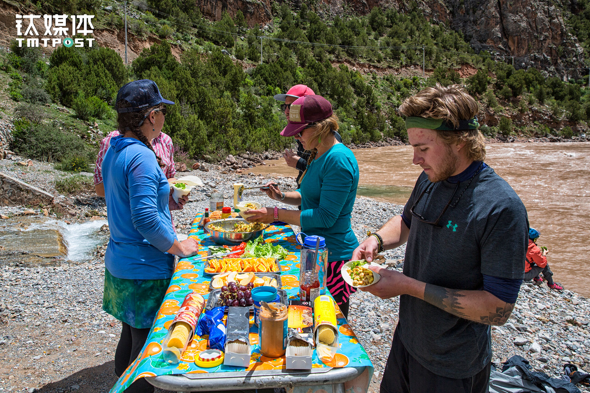 Cold western dishes were provided for lunch. When preparing and eating the meal, only some organic wastes would be disposed in the river. Other solid wastes would be carried along by the team and would be disposed on shore after the rafting journey ends.