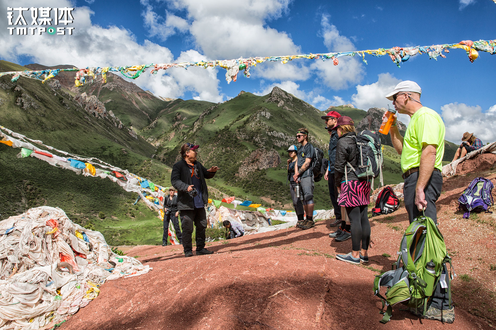 During the trek, hikers have to climb up hills decorated with prayer flags. The accompanying Chinese culture ambassador introduced the stories of prayer flags and Mani rock stacks etc. to the guests. The ambassador is a local person, proficient in speaking Mandarin, Tibetan and English. He introduces Tibetan culture to the guests and tell them stories of local legends and myths.