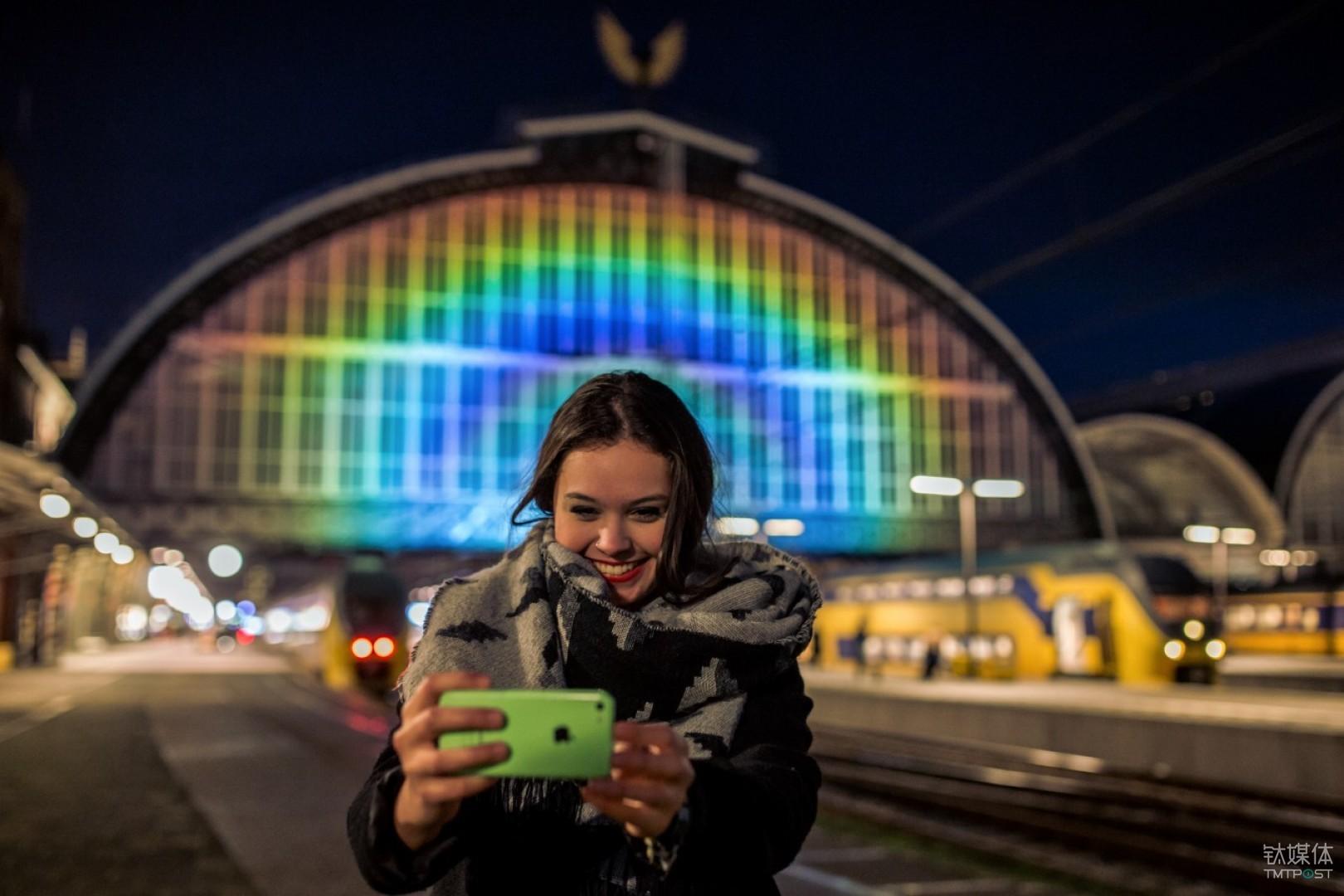 乘客在彩虹车站前自拍。图片来源/罗斯加德工作室